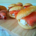 Conchiglie di sfoglia con insalata russa e salmone