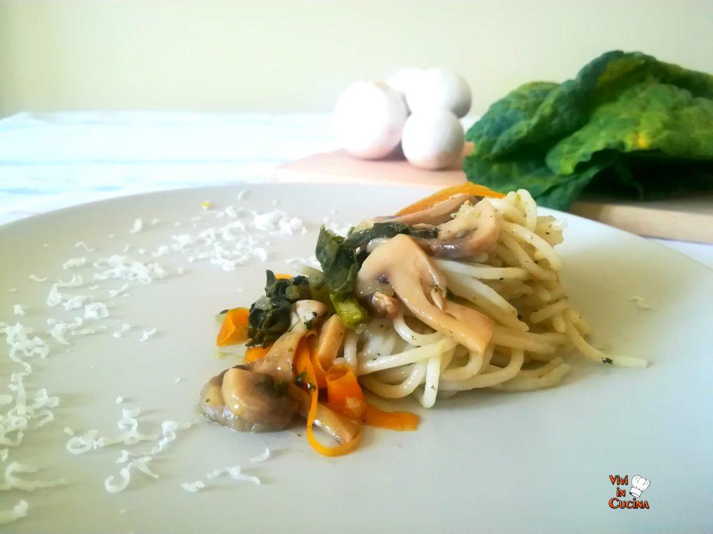 spaghetti di riso con funghi e cavolo nero