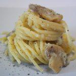 Spaghetti con crema di baccalà e funghi