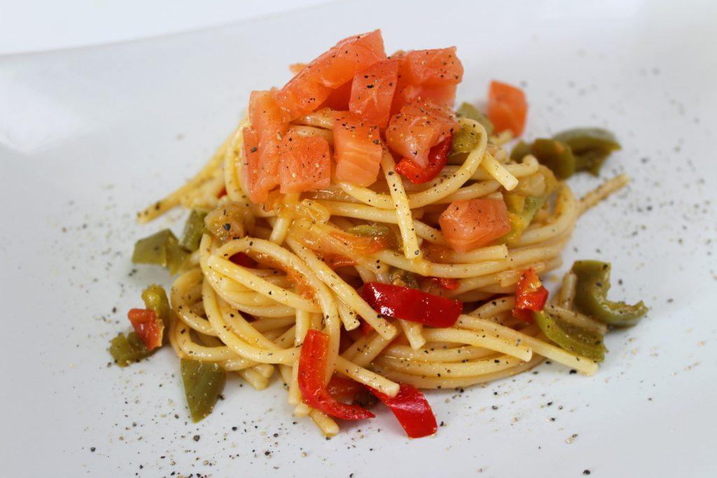 spaghetti peperoni e salmone